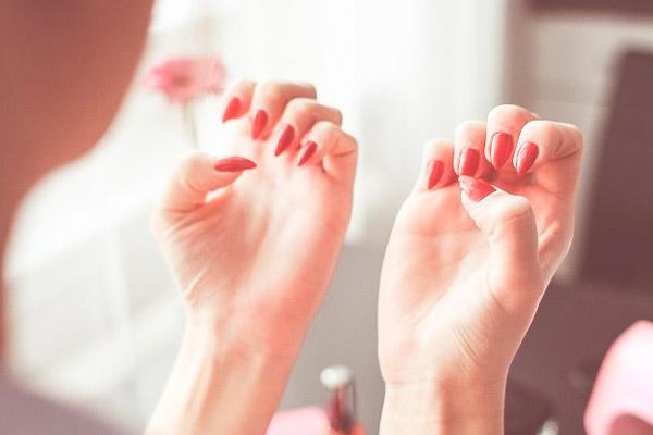 болезни ногтей ног3 Травмы ногтей становятся причиной их неправильного роста.