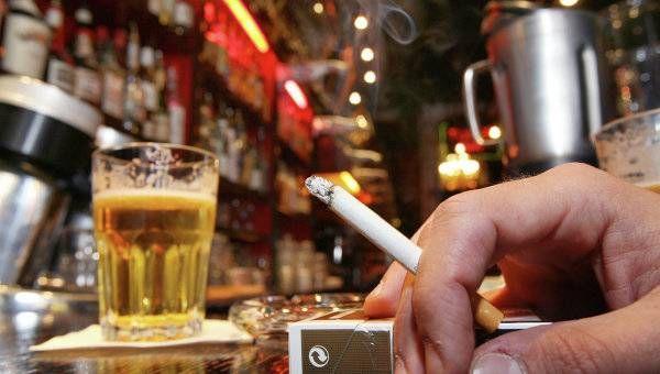 Курильщикам переносить симптомы похмелья намного сложнее, чем некурящим людям