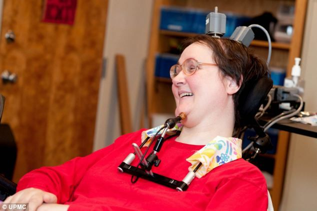 Парализованная женщина управляет искусственной рукой с помощью мысли